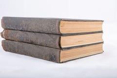 Una pila di vecchi libri su fondo bianco Immagine Stock