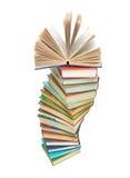 Una pila grande de libros en el fondo blanco Imágenes de archivo libres de regalías
