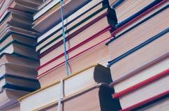 Una pila implicados de libros antiguos imagen de archivo libre de regalías