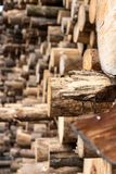 Una pila industriale di tronchi di albero fotografie stock libere da diritti