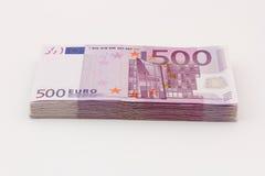 Una pila isolata soldi di cinquecento euro banconote delle fatture con fondo bianco Fotografie Stock
