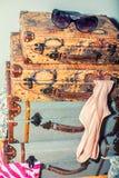 Una pila vertical de maletas del vintage en el cuarto atascado con cl Foto de archivo libre de regalías