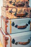 Una pila vertical de maletas hermosas del vintage Fotografía de archivo