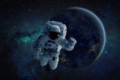 Una pintura de un astronauta que flota en espacio exterior Elementos de esta imagen equipados por la NASA Imagenes de archivo