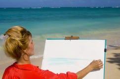 Una pintura femenina del artista en la playa foto de archivo libre de regalías