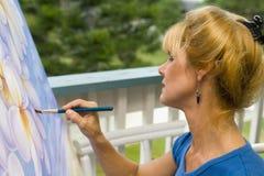Una pintura femenina del artista en lona fotos de archivo libres de regalías