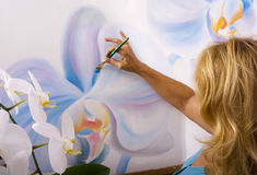 Una pintura femenina del artista en su estudio Imágenes de archivo libres de regalías