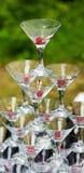 Una pirámide de los vidrios del champán fijó para verter un champán Imagenes de archivo
