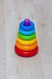 Una pirámide del arco iris del juguete Fotos de archivo