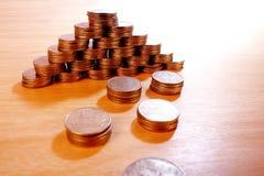 Una piramide dalle monete Immagine Stock