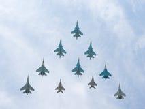 Una piramide di 10 voli di Sukhoi e di MiG-29 Immagine Stock Libera da Diritti