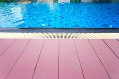 Una piscina con bella acqua blu Fotografie Stock Libere da Diritti