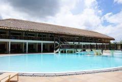 Una piscina del centro turístico de lujo Fotos de archivo