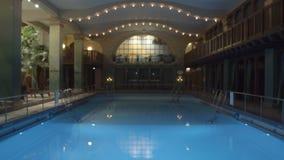 Una piscina dell'interno video d archivio