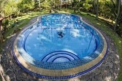 Una piscina en centro turístico isleño tropical del paraíso de la turquesa de Siladen fotografía de archivo