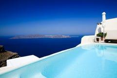 Una piscina hermosa en Fira fotografía de archivo