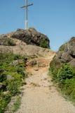 Una pista de senderismo en una montaña foto de archivo