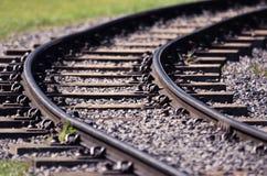 Una pista ferroviaria con una curva imágenes de archivo libres de regalías