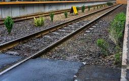 Una pista ferroviaria vacía con el arbusto en la estación admitida foto lateral Indonesia de Duri Tangerang imágenes de archivo libres de regalías