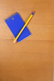 Una pista y un lápiz de nota en un escritorio Imagen de archivo libre de regalías