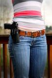 Sidearm di Holstered sulla cinghia delle signore Fotografia Stock Libera da Diritti