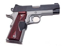 Una pistola di modello 1911 su un fondo bianco Immagini Stock Libere da Diritti
