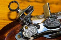 Una pistola sul banco fuori sopra fotografia stock libera da diritti