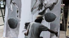 Una pittura del pittore della via in un parco fotografia stock