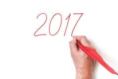 Una piuma rossa di 2017 della mano numeri di scrittura su fondo bianco Fotografia Stock Libera da Diritti