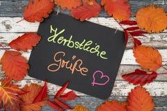 Una pizarra con los saludos del otoño de la inscripción en alemán fotos de archivo libres de regalías