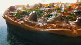 Una pizza recientemente cocida grande con la cual hay vapor, una visión cercana Pizza deliciosa con el tomate, verdes, bávaros metrajes