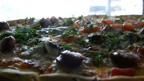 Una pizza recientemente cocida grande con la cual hay vapor, una visión cercana Pizza deliciosa con el tomate, verdes, bávaros almacen de video