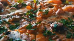 Una pizza recientemente cocida grande con la cual hay vapor, una visión cercana Pizza deliciosa con el tomate, verdes, bávaros almacen de metraje de vídeo