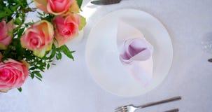 Una placa blanca limpia en banquete exquisito almacen de video