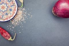 Una placa con las especias y las verduras Imagen de archivo