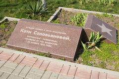 Una placa conmemorativa instalada en el bulevar nombrado en honor de Katie Solovyanovoy Anapa Imágenes de archivo libres de regalías