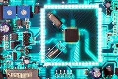 El brillar intensamente electrónico de la placa de circuito del microprocesador Fotografía de archivo