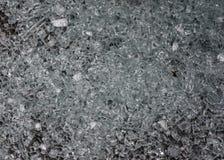 Una placa de cristal astillada miente en la tierra fotos de archivo