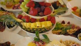 Una placa de dulces y de la fruta metrajes