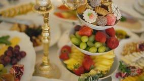 Una placa de dulces y de la fruta almacen de metraje de vídeo
