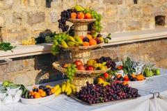 Una placa de la fruta en el banquete de la boda Fotos de archivo libres de regalías