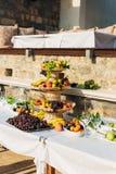 Una placa de la fruta en el banquete de la boda Fotografía de archivo