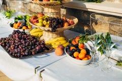 Una placa de la fruta en el banquete de la boda Imágenes de archivo libres de regalías