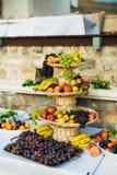 Una placa de la fruta en el banquete de la boda Imagen de archivo libre de regalías