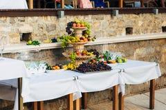 Una placa de la fruta en el banquete de la boda Imagenes de archivo