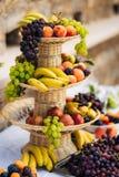 Una placa de la fruta en el banquete de la boda Foto de archivo libre de regalías