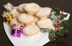 Una placa de las empanadas Mince con acebo y bayas Foto de archivo