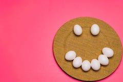 Una placa de los huevos de Pascua incoloros sonrientes Foto de archivo libre de regalías