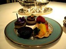 Una placa de tortas deliciosas y de golosinas foto de archivo libre de regalías