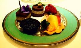 Una placa de tortas deliciosas y de golosinas Fotos de archivo